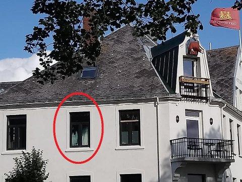 I VINDUET: Fra et av vinduene i 2. etasje på Hotel Wassilioff skuer en kvinneskikkelse ned på forbipasserende i Tollbodgaten.