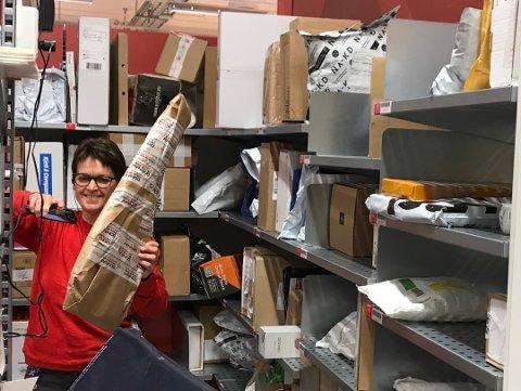 HARDE PAKKER: Pakker for liten og pakker for stor, men haugen bak disken vokser: – Det er fint om folk henter pakkene sine raskt! oppfordrer Lisbeth Vangen, hun er avdelingsleder for post- og kasse i Coop Extra Jernbanegata.