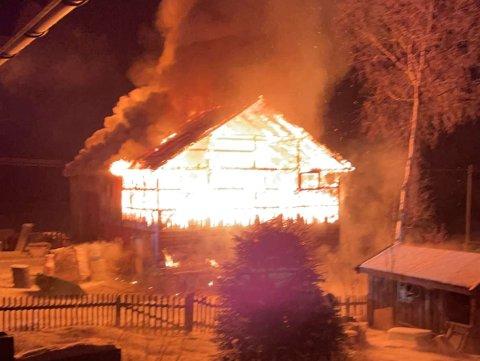 Et landbruksverksted i Skjåk brant helt ned natt til mandag.