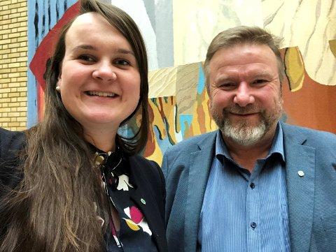 STÅR PÅ EGNE BEIN: Toppkandidatene i Oppland Sp, Bengt Fasteraune og Marit Knutsdatter Strand forsvarer sykehusvedtaket i eget parti