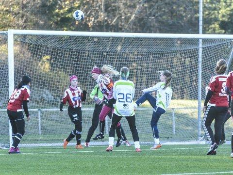 Forsvar: 14-åringene til Hadeland KFK hadde mye å gjøre i forsvar under årets HKFK-cup. Her er det kaptein Ingrid Molden som header unna en corner.