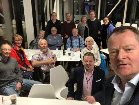 Årsmøtet: Leder i Foreningen Norden, Rune Mørck Wergeland egoknipser styret og medlemmer på årsmøtet.