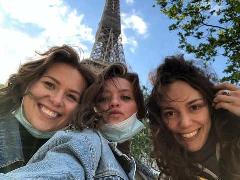 SIKKERHET FØRST: Justina (til venstre) og romkameratene Malte og Jade har vært ganske flinke til å overholde portforbudet i Paris, men innrømmer å ha sneket seg ut innimellom.