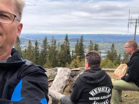 PÅ BEFARING: Rebels Music på befaring på Rånåsen. Fra venstre. Øistein Lysenstøen, Morten Wien og Marius Skog. Utsikten er det lite å si på.