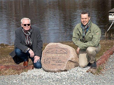 Ordfører i Dals-Ed, Martin Carling (t.h.) og rådmann Peder Koldeus ved minnestenen som er en gave til Haldens 350-års byjubileum.