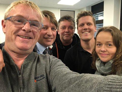 SELFIE: Per Sandberg ble den første gjesten i HAs politiske podkast Wiels plass. Her tar han en selfie med resten av panelet etter innspillingen. Fra venstre: Ole Richard Holm-OIsen, Trond Henriksen, Morten Ulekleiv og Trine-Merethe Høistad.