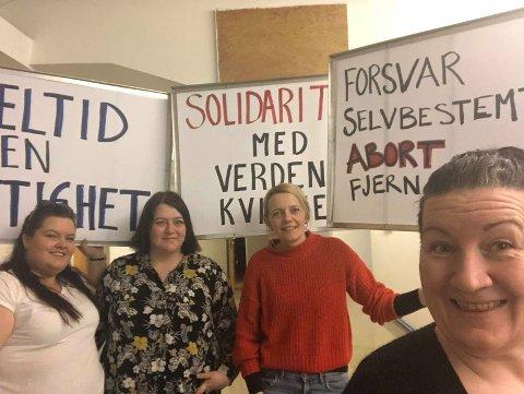 KLARE: Det blir 8.mars-tog i Halden. Fra venstre sees  Siw-Hege Christiansen, Linn Elisabeth Rokke Andersen, Solveig Kristine Østby og Vanja Larsen-Seipæjærvi etter at de har skrevet parolene.