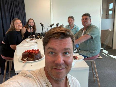 God stemning da episode 15 av podkasten Wiels plass ble spilt inn. F.v Sara Berg, Trine Høistad, Espen Holtan, Ole Richard Holm-Olsen og Trond Henriksen.