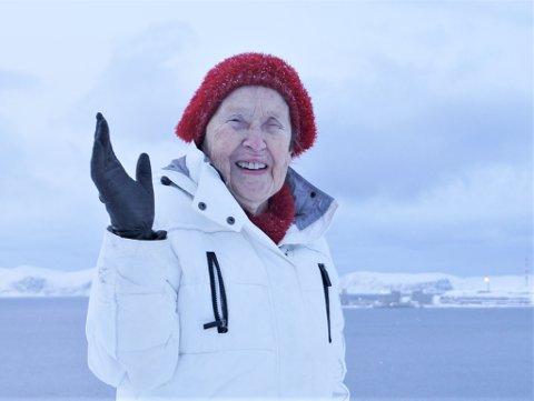 UTSIKT: Fra Storsvingen har Ragnhild god utsikt til Melkøya - øya hun vokste opp i. Foto: Alvin Vaséli