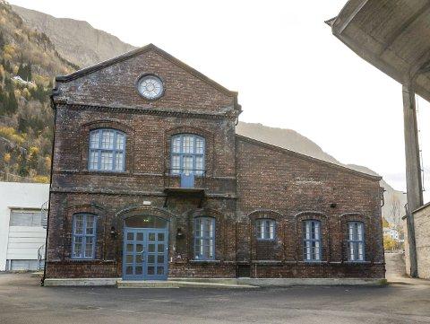 Historie: Tidlegare trafo-stasjon på Smelteverket, no hus for SINDARK og mykje historie. Arkivfoto: Ernst Olsen