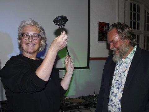 Overrekking: Gunn Gravdal Elton mottar Jernrosa ærespris av festivalleder Lars Ove Seljestad. Foto: Svein Knutsen