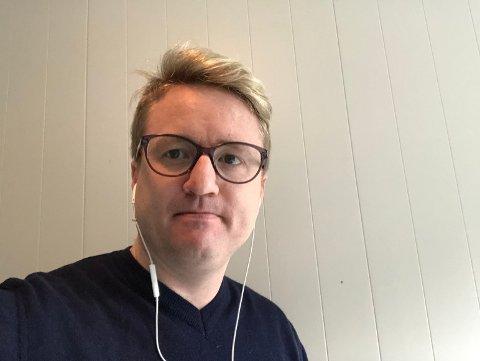 Redaktør Eivind Dahle Sjåstad befinner seg for tiden på hjemmekontor. Han er glad for opplagsvekst, men ser med bekymring på det som skjer under koronakrisen.