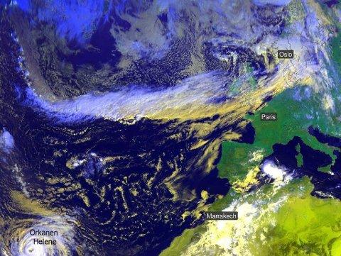 REGN PÅ VEI: Tvers over Atlanterhavet ser man på dette satelittbildet et bånd med skyer. Det er dette båndet, en såkalt atmosfærisk elv, som transporterer fuktighet og regn mot Norge nå. Bildet er hentet fra Nettavisen. (Skjermdump-Meteorologisk institutt)