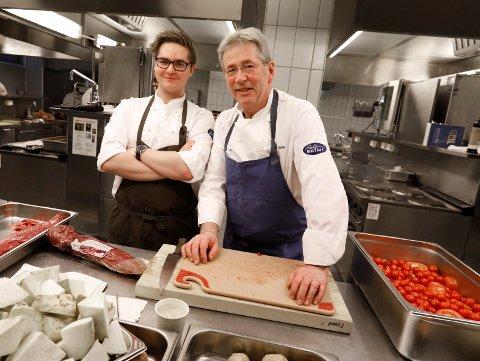 LÆRLING OG MESTER: Einar Halleraker Pedersen begynte i lære hos selveste Arne Brimi i august. Tirsdag og onsdag var de på Karmsund videregående skoles kjøkken, der de møttes.