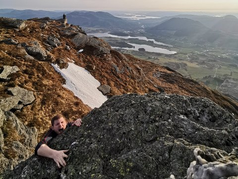 VINDAFJORD: Ikke alle bildene til Runar Lunde er like seriøse. Her henger han på toppen av Aksla.