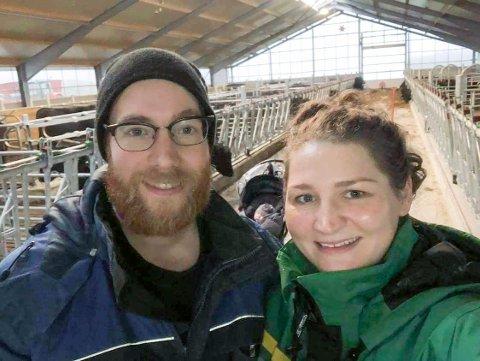 PÅ BOKN: Tom Are og kona Agata inne i fjøset på gården Are har overtatt fra faren.