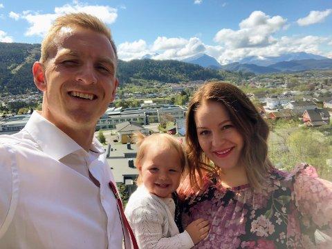 TRIVES I ÅLESUND: Torbjørn Agdestein, datteren Emily Olufine og samboer Madel Lillenes Helland trives i Ålesund.