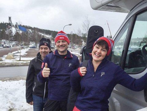 På plass:  Onsdag kveld kom de fram til Falun og kunne parkere bobilen på orkesterplass. Skistadion med bakkene i bakgrunnen et steinkast unna. Berit Emma Forsmo på plass sammen med Arne Ove Holmen og Trond Nyland.foto: privat