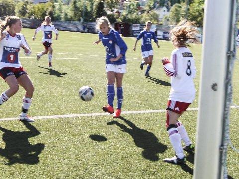 TØFT: Halsøydamene fikk kjørt seg mot serielederne fra Narvik på søndag, og måtte gå til pause med 0-3 i bagasjen. Foto: Vegard Olsen