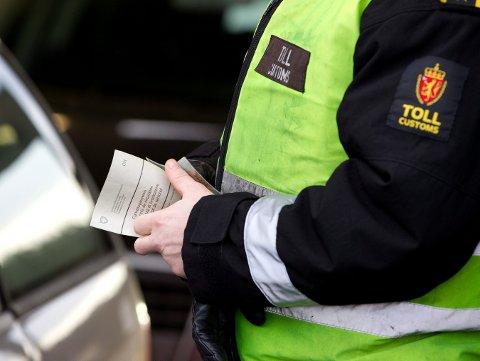 SVINESUND  20120104. I fjor ble det satt rekord i antall tollebeslag i Norge. Grensekontrollen førte til 35.500 beslag, hvorav 2.500 var narkotikabeslag, viser oversikten til Toll- og avgiftsdirektoratet. Her fra grensekontroll på Svinesund onsdag. Foto: Gorm Kallestad / Scanpix