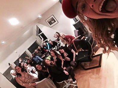 Sara Strand sammen med vennene på vorspiel andre juledag. Her samlet de inn 2.200 kroner til UNICEF.