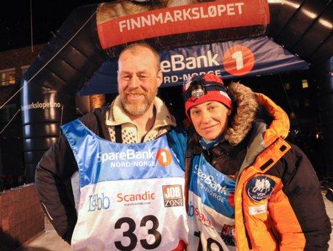 Vinner Petter Jahnsen og toer Marit Beate Kasin. Målgang Finnmarksløpet 1.000 i Alta 2017. Foto: Oddgeir Isaksen
