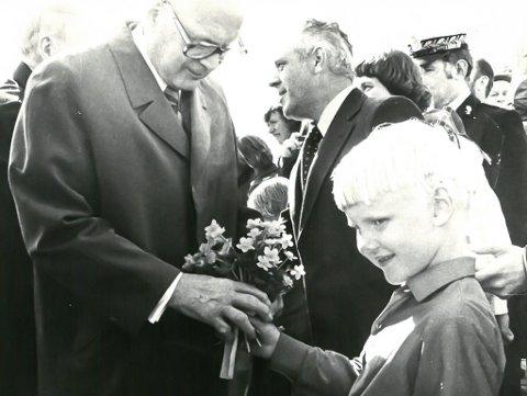 PRESIDENTBLOMSTER: Her overrekker seksåringen Øyvind Johannes Hansen en bukett til den finske presidenten Urho Kekkonen i Bugøynes søndag 19. juni 1977.