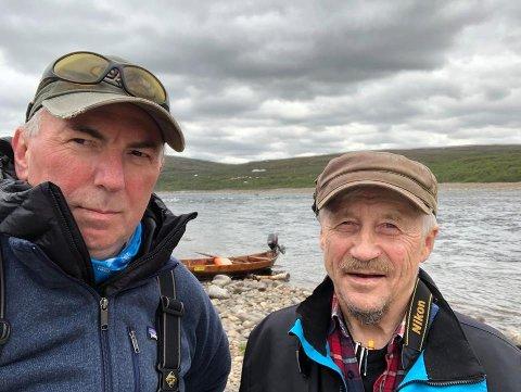 STERKT KRITISKE: Laksefiskerne Jan Gunnar Furuly fra Karasjok og Oslo (til venstre) og Terje Johnsen fra Tana vil ha totalforbud mot bruk av vannscootere i laksevassdrag.