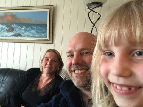 LANGTUR: Reisen til Tromsø ble lengere enn planlagt for Hanne Lene Holm Bønå, Hans-Jacob Bønå og Therese Bønå (7). Her har de tatt en selfie i sofakroken i Tromsø