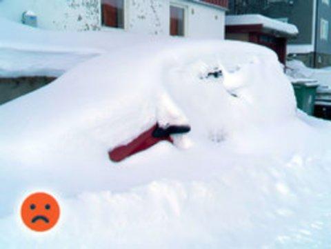 MÅ VENTE PÅ SLIKE SYN: Slike bilder av nedsnødde biler, som her i Hammerfest, vil man ikke se den kommende uka. Snøen lar fremdeles vente på seg, og i Hammerfest, vil det kunne komme regn både mandag og tirsdag.