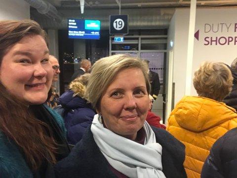 FLYFAST: Sissel Anette Nyhre (til venstre) og Elisabeth Hegge fra Vadsø koster på seg et smil da det ser ut til at det endelig blir fly hjem til Vadsø torsdag kveld etter en hel dag ventende på Langnes lufthavn i Tromsø.