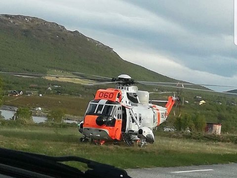 BLE KALT UT: Et Sea King-helikopter ble kalt ut fra Banak når en syk sjømann måtte evakueres fra en tråler utenfor Hammerfest fredag. Her er helikopteret avbildet i Indre Billefjord i forbindelse med en annen hendelse.