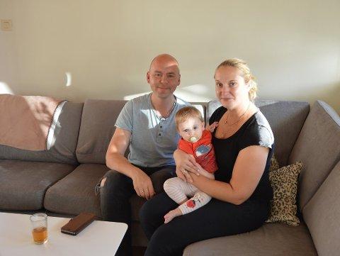 INGEN BARNEHAGEPLASS: Arnt-Jacob og Olga Olufsen fortviler over å måtte vente i over et halvt år før de får plass til sin lille datter Sofia (1). I mellomtiden må bestemor trå til som dagmamma mens mor og far er på jobb.