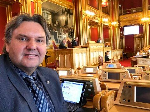 SER ETTER LØSNINGER: Johnny Finstad (H) fra Nordland sitter i Transportkomiteen på Stortinget. Han har vært møte lokalpolitikerne i Hasvik.