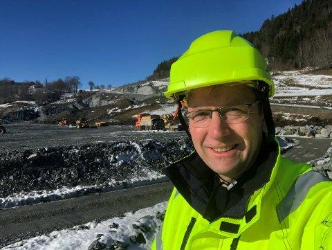 BYGGER VEIER: Lars Erik Moe (52) har bygd veier siden han var ferdig med ingeniørhøyskolen.