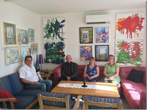 FINSTU: Mannskapet tar en pause med Koronainspirert kunst på veggene. F.v. Ragnar Hogstad, Per Vatn, Bodhild Berg og Eva Herstad.
