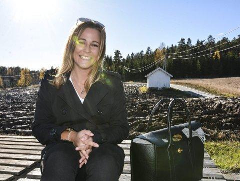 JUBILANT: Helene Enger Skjønnhaug jobber som markedssjef i Aurskog Sparebank, er odelsjente, yngst av 17 søskenbarn og liker bylivet på grunn av nærheten til «alt». Foto: Anne Enger Mjåland