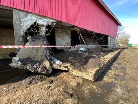 VEGGEN SVIKTA: Den kollapsa veggen har sklidd ut. Kanten ut til høgre er botn av låveveggen. I bakgrunnen kan ein også sjå deler av fjosgolvet som har rast ned.