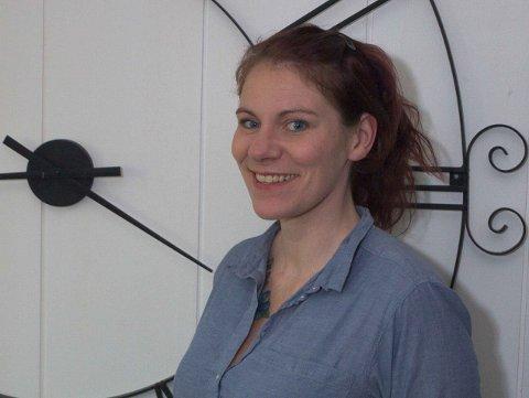 SVEISEKUNSTNER: Anita Hanna Sævarsdottir har tatt med seg sveisekunst-bedriften sin fra Island til Norge. Den store klokka på veggen bak har hun selvsagt laget selv.