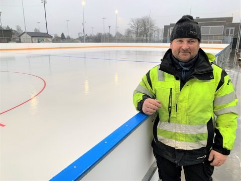 TRENGER ISMASKIN: Holmestrand og Botne Skøyteklubb skal drifte kunstisbanen på Hvitstein for kommunen. Her er klubbleder Geir Arne Jensen fotografert ved banen like før åpningen i desember.