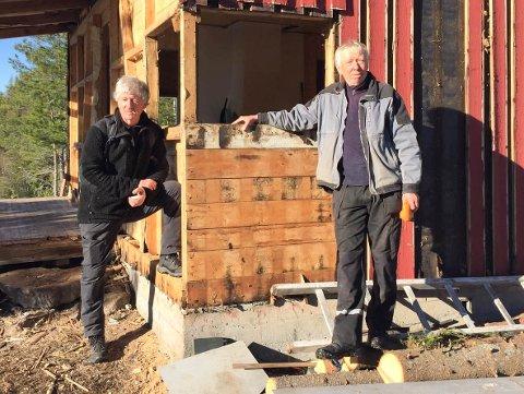 RIVEGUTTA: Tom Iversen (til v.) og Tore Kallestad i dugnadsgjengen på Tyriåsen.