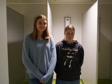 DUSJ: Silje Hansen (14) og Vilma Myrer (15) sier elevene vegrer seg fra å ha gym fordi det mangler skjerming inn til dusjene.