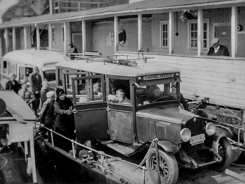 På ferja fra Stathelle til Brevik 1934: Dette er et morsomt og spesielt fotografi. I 1934 skulle speiderne fra Kragerø på speiderleir til Ulefoss. De leide bussen som trafikkerte strekningen Sannidal–Kragerø (se skiltet på bilen). Da måtte man ta ferje over Frierfjorden for å komme videre. I den anledningen ble dette morsomme bildet tatt av bilen og speiderne på vei over fjorden. Det skulle gå om lag 40 år etter dette bildet ble tatt før det ble bygget en bro mellom tettstedene Stathelle og Brevik.