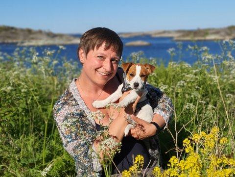 GLEDER SEG: Elin Frisch Selås bor i Risør og skal pendle inn til Vegårshei tre ganger i uka. Nå ser hun stort frem til skolestart hvor hun endelig får møte elevene og de nye kollegene.
