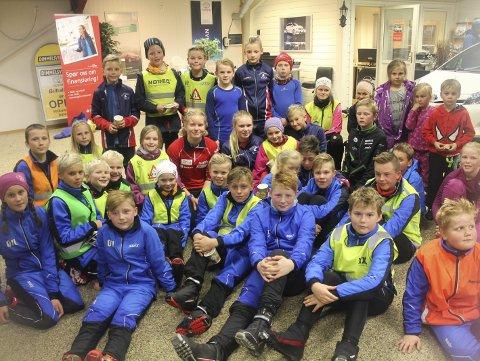 MØTTE FORBILDET: Unge lokale skiløparar hadde mange spørsmål å stilla til Ragnhild Femsteinevik (i raud treningsjakke midt i bildet) under rulleskisamlinga i Dimmelsvik.