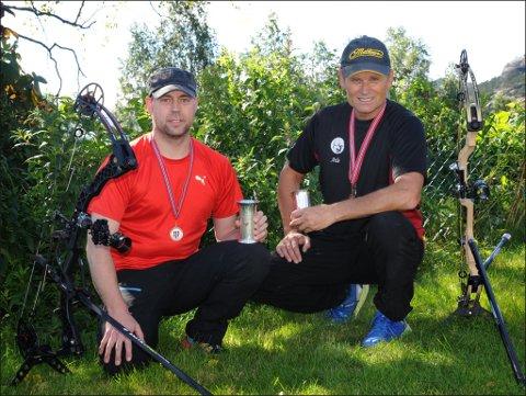 Terje Haugen (t.v.) og Atle Helland sikra seg pokalar i sølv og bronse under NM i bogeskyting i Ulvik sist helg. (Foto: Atle Helland).