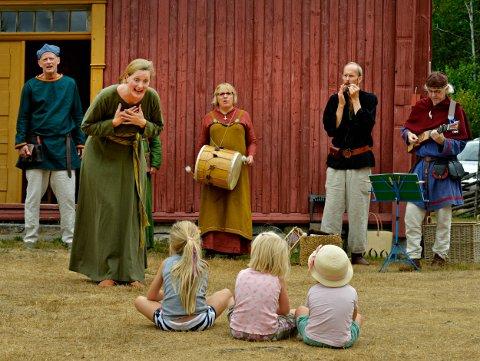 SUKSESS: Et av arrangementene i Middelalderuka var Middelaldergildet på Rollag bygdetun. Der var det også intimkonsert med Musicantus. Fra venstre: Jon Wolla, Pia Løvgren, Ane Ødegaard, Svein Westad og Espen Kopperud.
