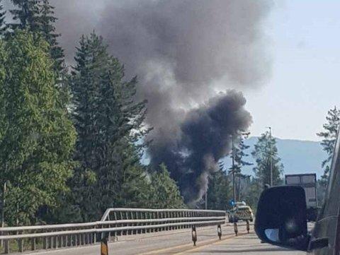 Det var mye røyk da bilen brant.