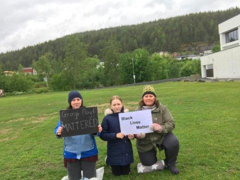 NEI TIL RASISME: Melissa Mimbela (t.v.), Maya-Othilie Sørby Christiansen og Laila Sørby Christiansen hadde en stille demonstrasjon i Kongsberg fredag ettermiddag.