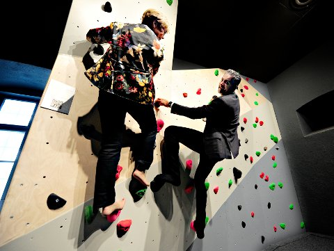 LEKTE SEG: Kulturminister Abid Raja og Kristin Ørmen Johnsen testet klatreveggen i den nye geolaben på Bergverkskuseet.
